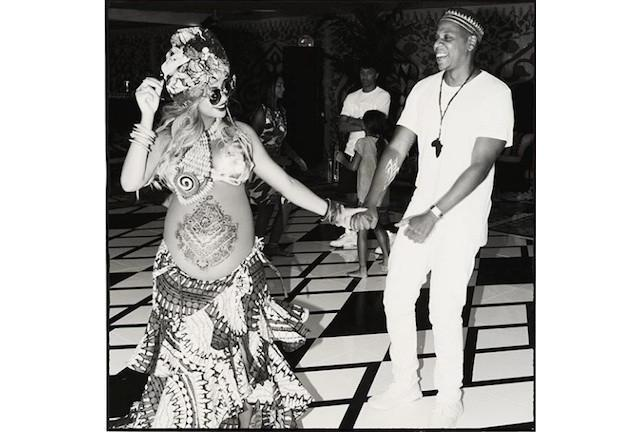 Pregnant Beyoncé with henna belly tattoo